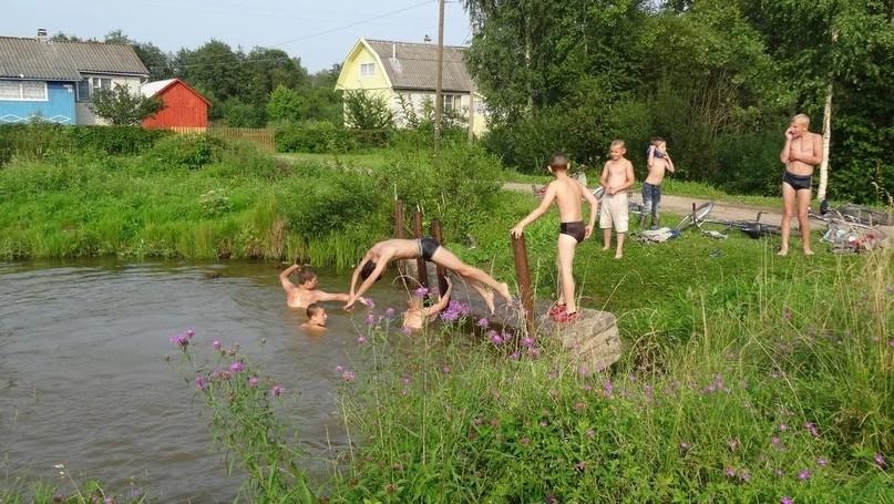 Мальчишки в пруду